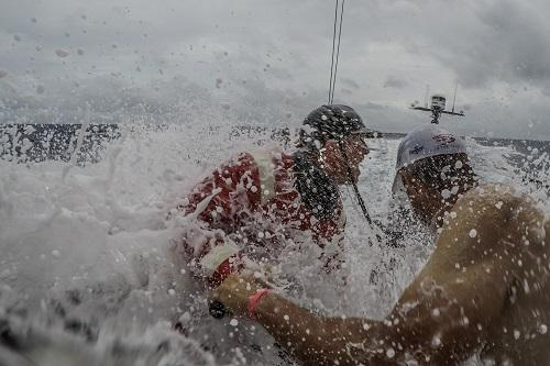 Australiano Alex Gough do Sun Hung Kai/Scallywag levou um susto neste domingo (14) / Foto: Konrad Frost/Volvo Ocean Race