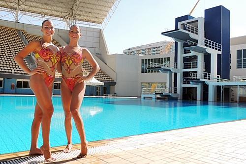 6bab3d61e Bia e Branca Feres posam em frente à piscina do Maria Lenk   Foto  Esporte